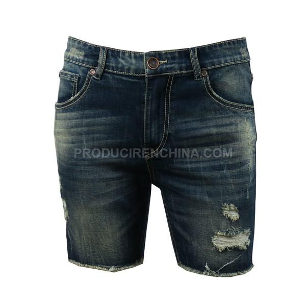 Pantalón de hombre corto y moderno. Estilo joven,