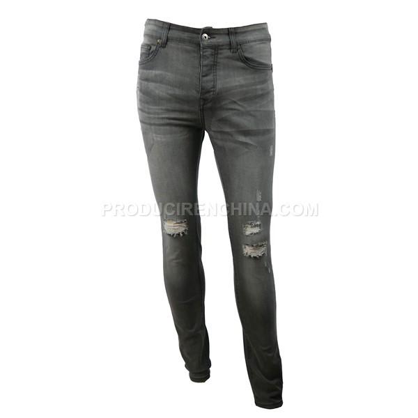 Pantalón con agujeros moderno. Ideal para jóvenes.