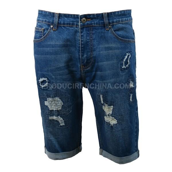 Pantalón de hombre corto con distintos apliques.
