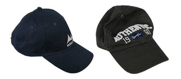 Gorra de baseball sin y con el lavado previo a la venta. Se puede observar la forma de gorra mantenida en el caso de la gorra sin el lavado y la versión suave con el lavado previo a la venta. Los dos modelos son igualmente populares.